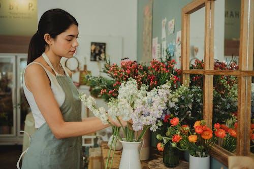 在花店工作的年輕女子