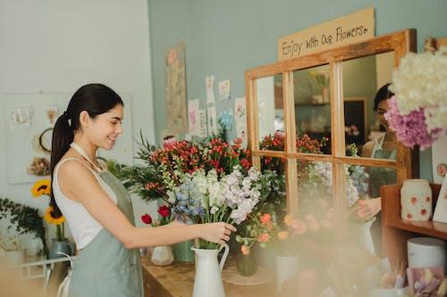 在花店工作的幸福女人