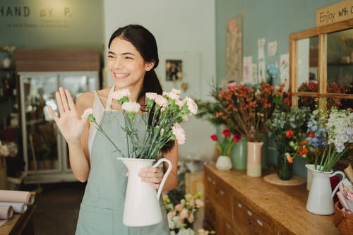 Mulher Segurando Um Vaso Com Flores Na Loja