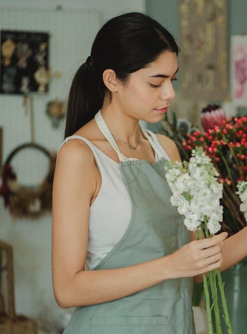 女人在商店做束鮮花