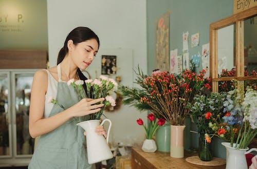 年輕的花店,插在花瓶裡的花