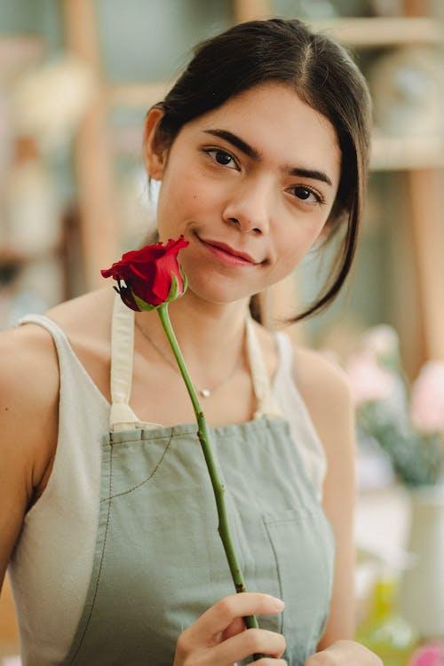 店裡的紅玫瑰的女人