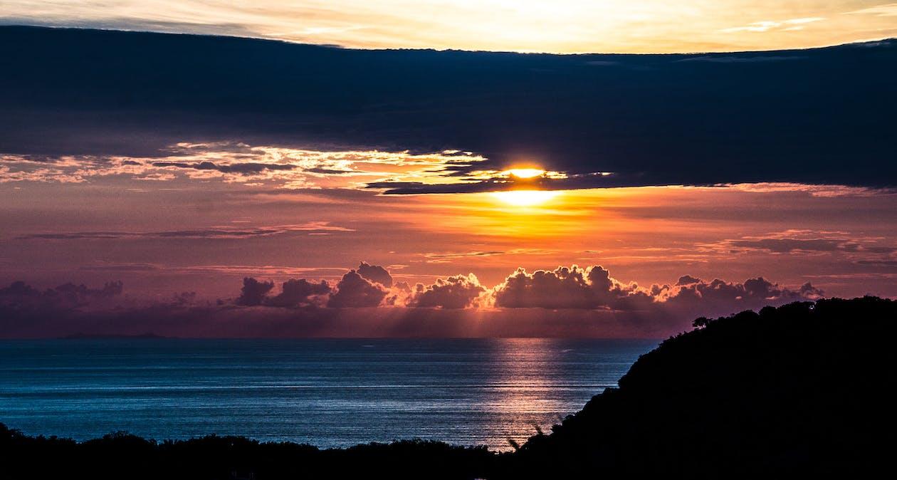 dageraad, donkere wolken, geweldige zonsondergang