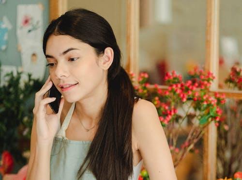 Nội Dung Người Phụ Nữ Nói Trên điện Thoại Thông Minh Trong Cửa Hàng Bán Hoa