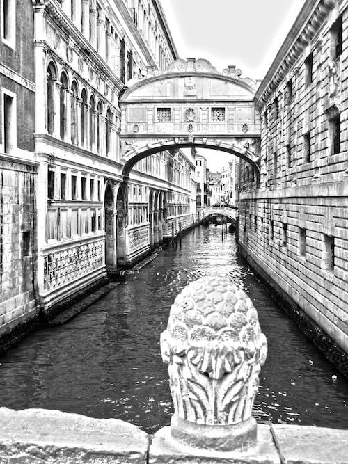 iç geçirme köprüsü, İtalya, kanal, siyah ve beyaz içeren Ücretsiz stok fotoğraf