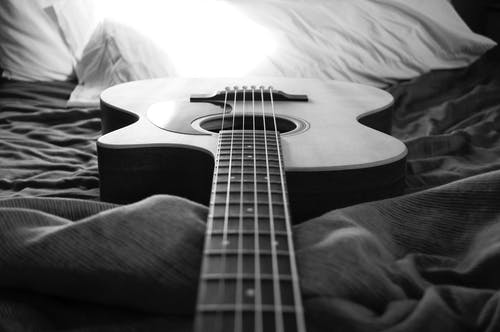 Darmowe zdjęcie z galerii z akustyczny, bawić się, ciało, czarno-biały