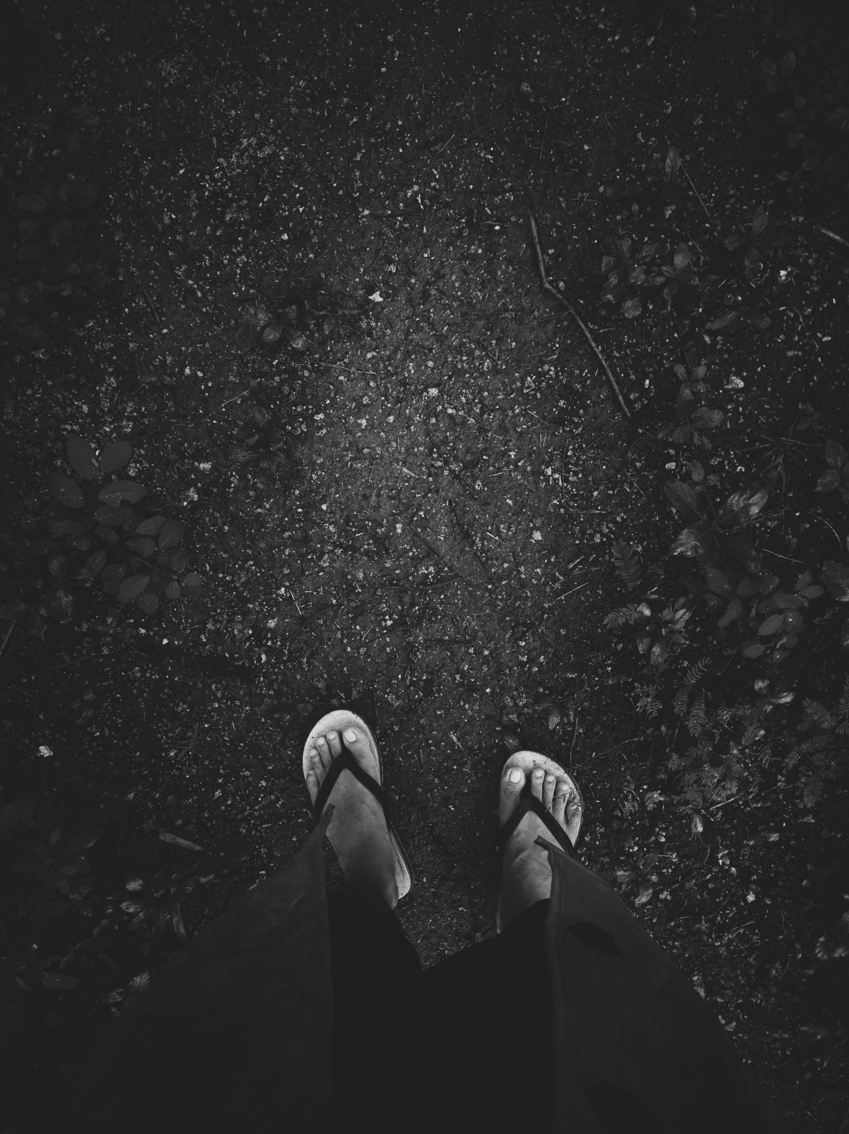 Kostenloses Stock Foto zu dunkel, einfarbig, füße, pantoffeln