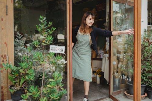 Ruhige Frau, Die In Der Tür Des Ladens Steht