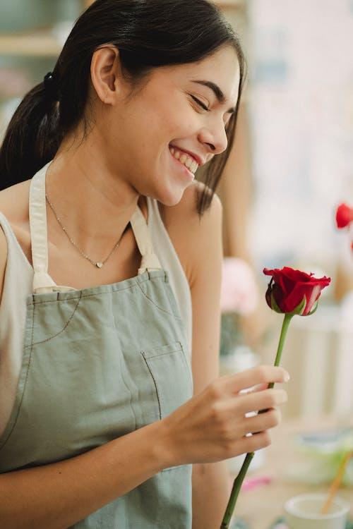 Romantisches Weibchen Stehend Mit Roter Rose In Der Hand