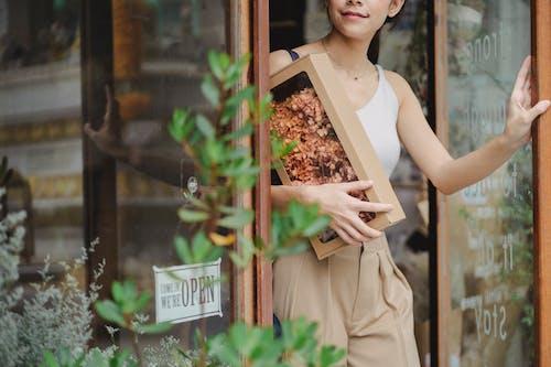 Ernte Fröhliche Frau Mit Getrockneten Blumenkasten, Die Blumengeschäft Verlässt
