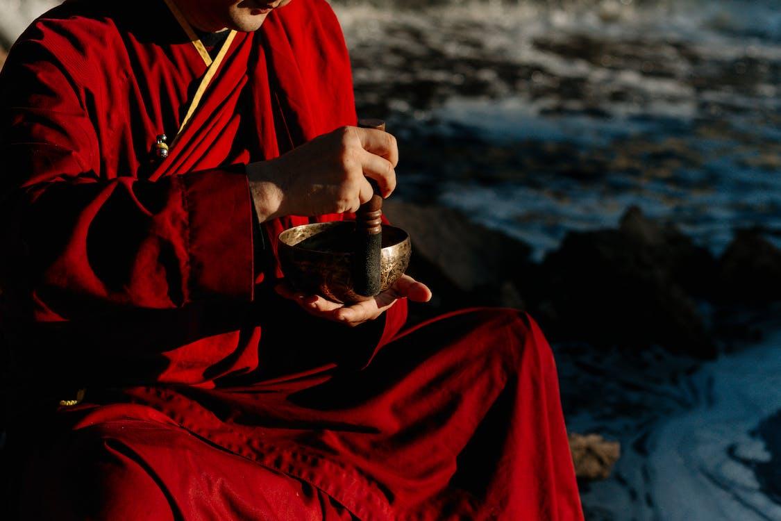 Person Im Roten Und Schwarzen Langarmhemd, Das Klarglasflasche Hält