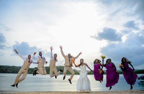 Бесплатное стоковое фото с свадьба, фото прыжка