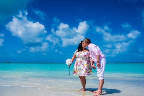 Бесплатное стоковое фото с beachwedding, близость, веселье