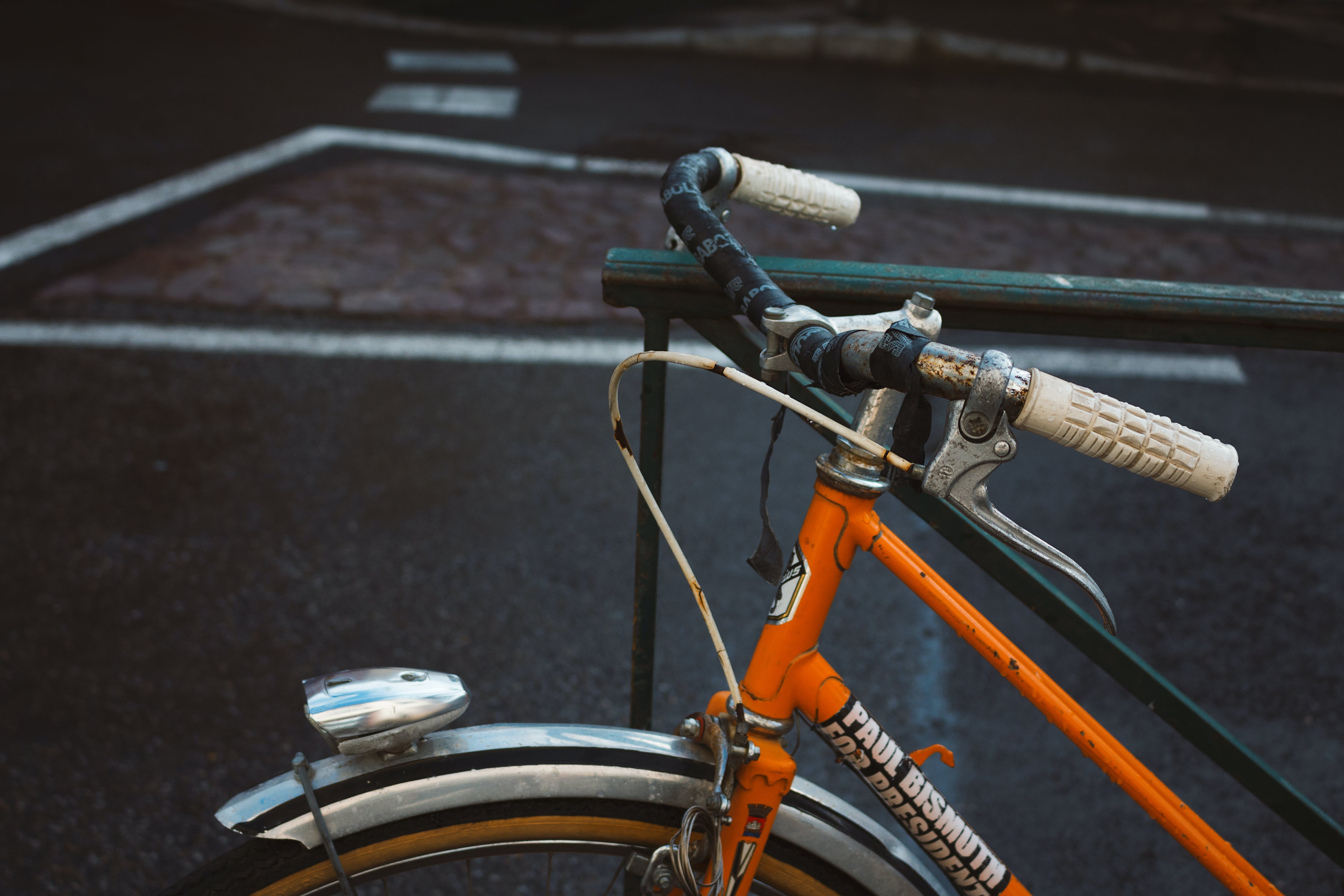Gratis lagerfoto af asfalt, by, cykel, farve