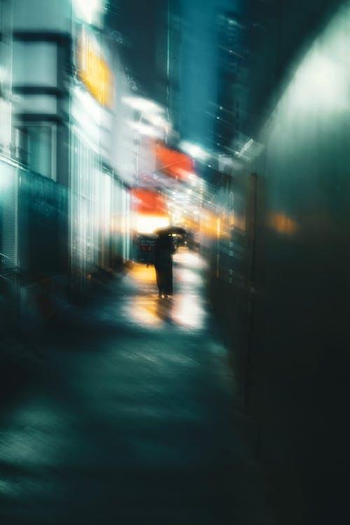Silueta De Mujer Irreconocible Caminando Por La Calle De Noche Con Paraguas