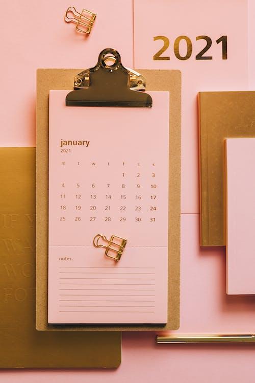 桌上的粉紅色日曆剪貼板
