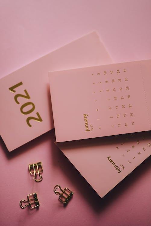 Moderne Kalenders In De Buurt Van Metalen Clips Op Roze Achtergrond