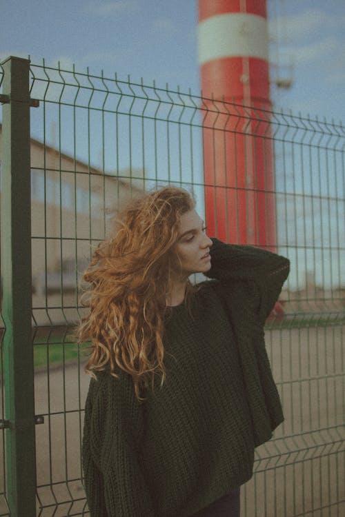 Základová fotografie zdarma na téma brunetka, budova, cihla, čtvrť