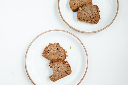 화이트 세라믹 접시에 브라운 빵 2 개