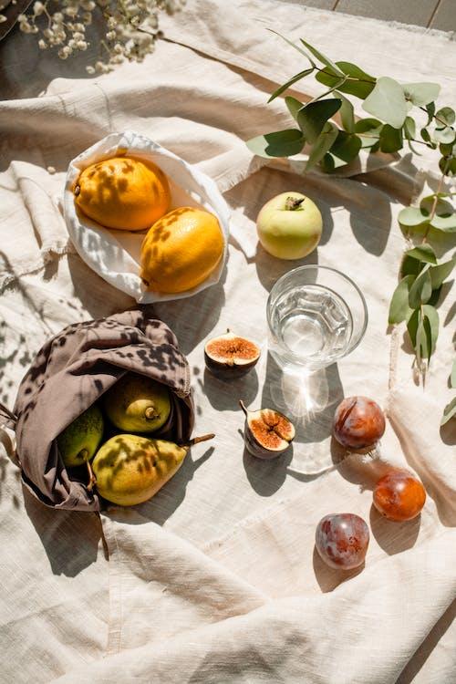 Fruta Amarilla Sobre Textil Blanco
