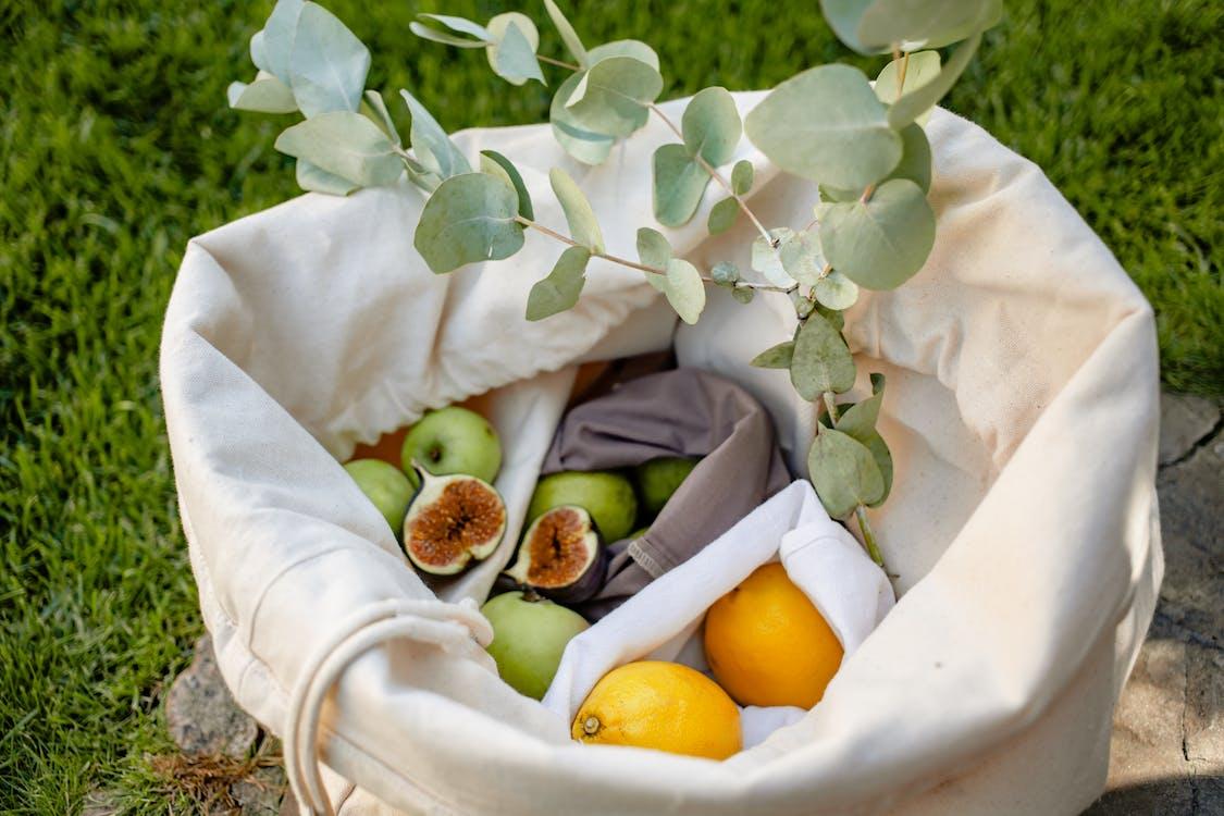 Frutta Gialla Del Limone Su Tessuto Bianco