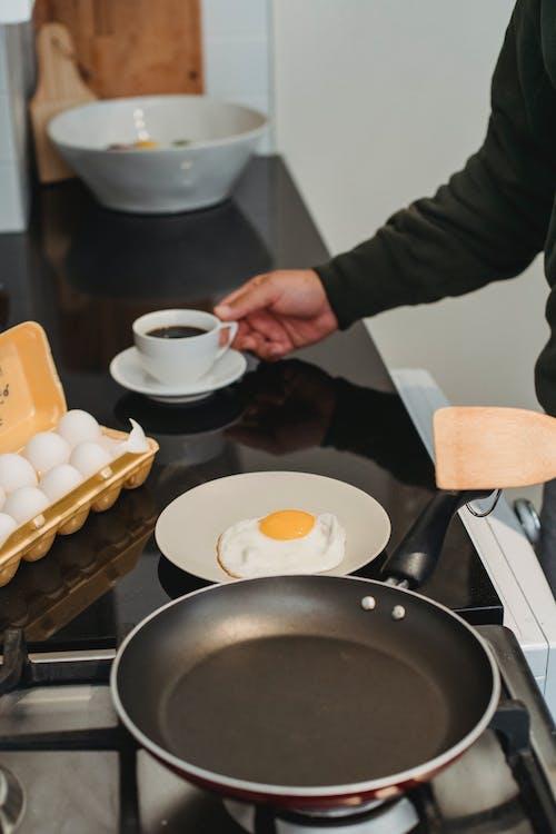 Человек готовит завтрак дома