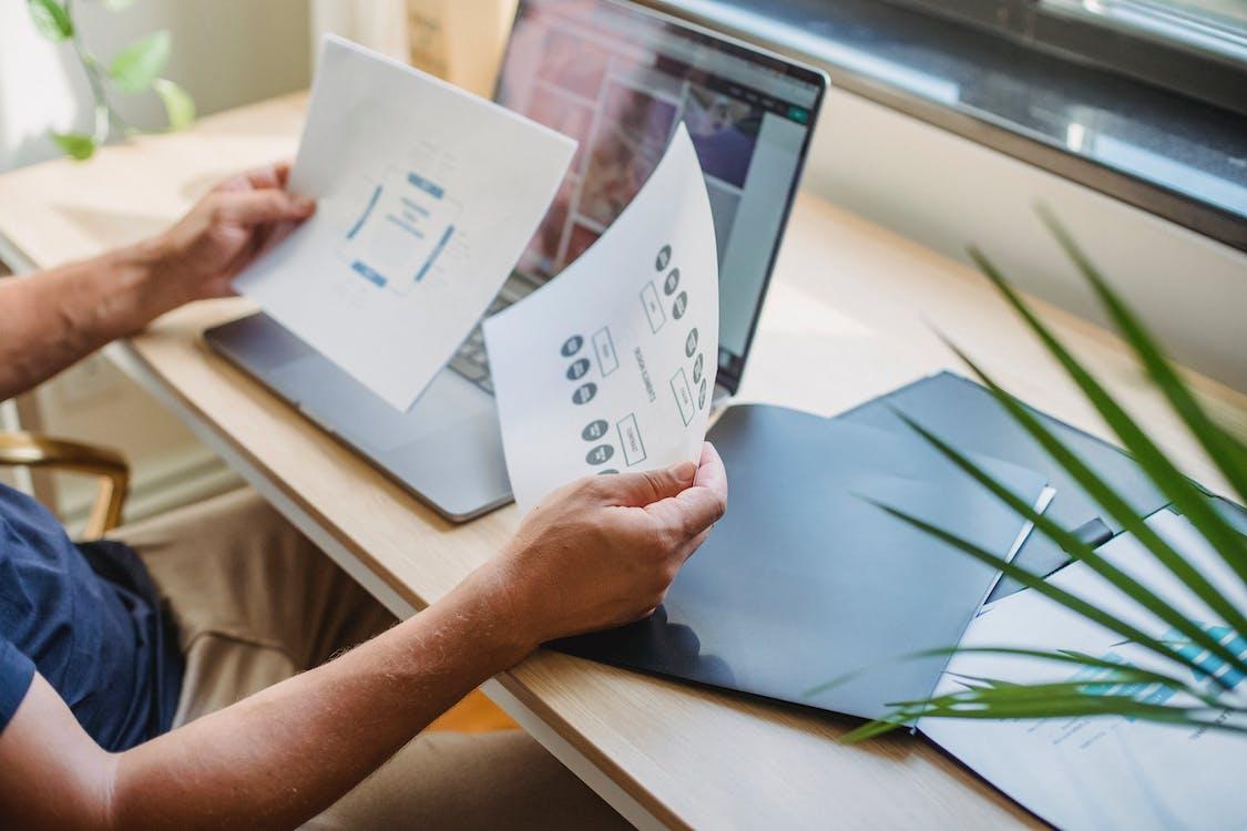 Hombre De Cultivo Con Documentos Y Portátil En La Mesa
