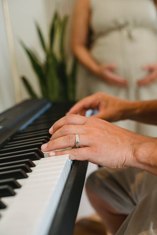 Homem Da Colheita Tocando Piano Na Sala