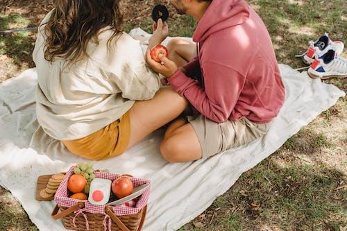自然の中でピクニックをしている作物のカップル