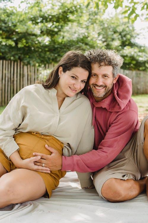 Gelukkig Man Wat Betreft Buik Van Zwangere Vrouw