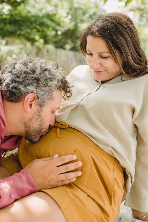 Liefdevolle Echtgenoot Kussen Buik Van Zwangere Vrouw