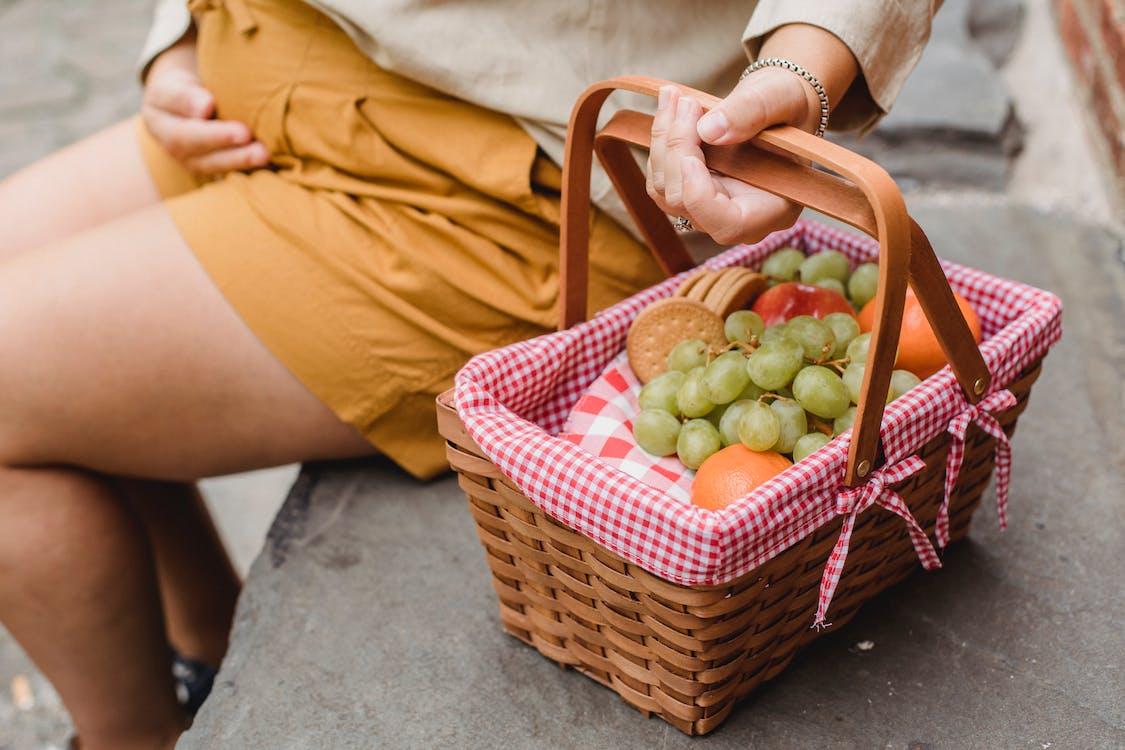 Mujer Embarazada De Cultivo Con Cesta De Frutas