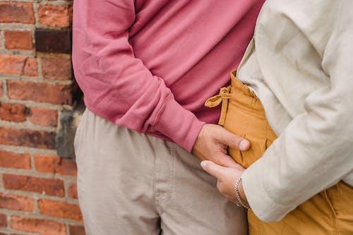 Gewas Paar In Verwachting Hand In Hand