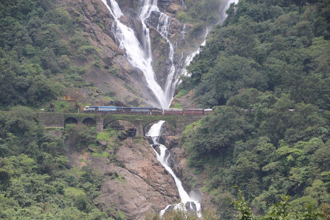 Gratis lagerfoto af tog, tog og vandfald, vandfald