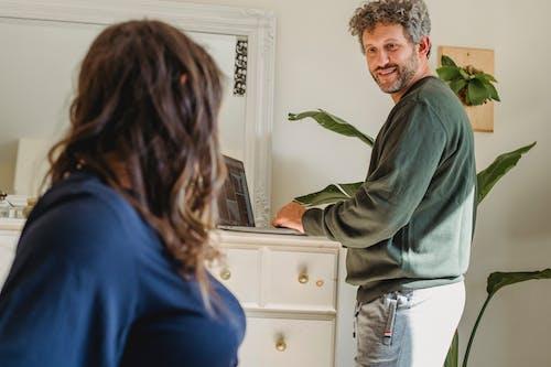 Pria Crop Berbicara Dengan Istri Yang Tidak Dikenal Di Kamar