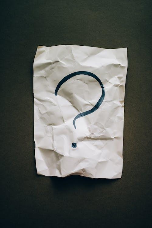 Fragezeichen Auf Zerknittertem Papier