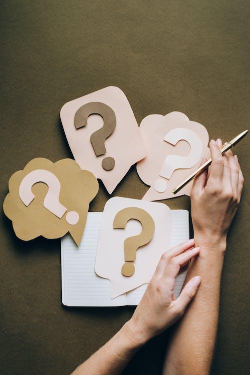 Ilmainen kuvapankkikuva tunnisteilla kädet, käsitteellinen, kysymysmerkki