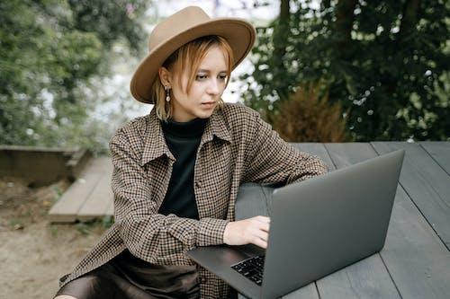 Foto profissional grátis de adulto, ambiente de trabalho, ao ar livre