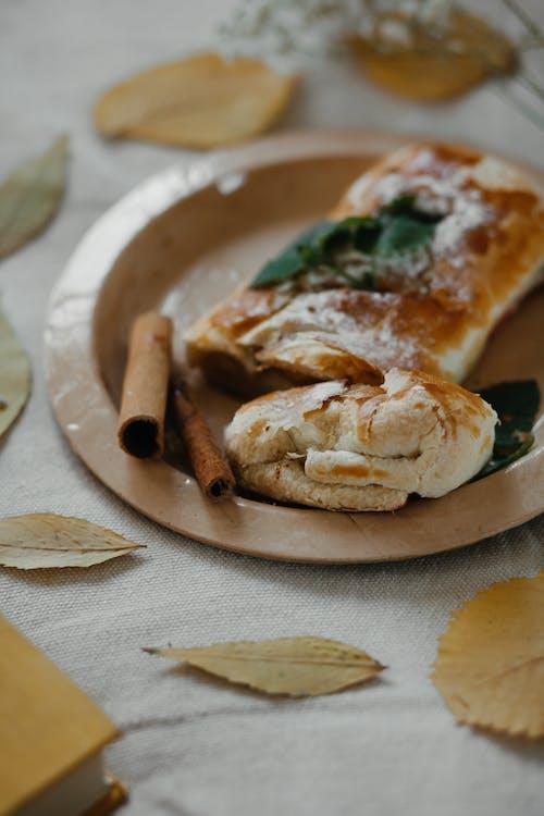 Brot Auf Weißer Keramikplatte