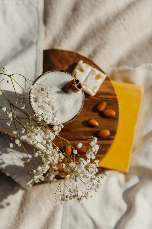 Flores Blancas En Cuenco De Cerámica Blanca