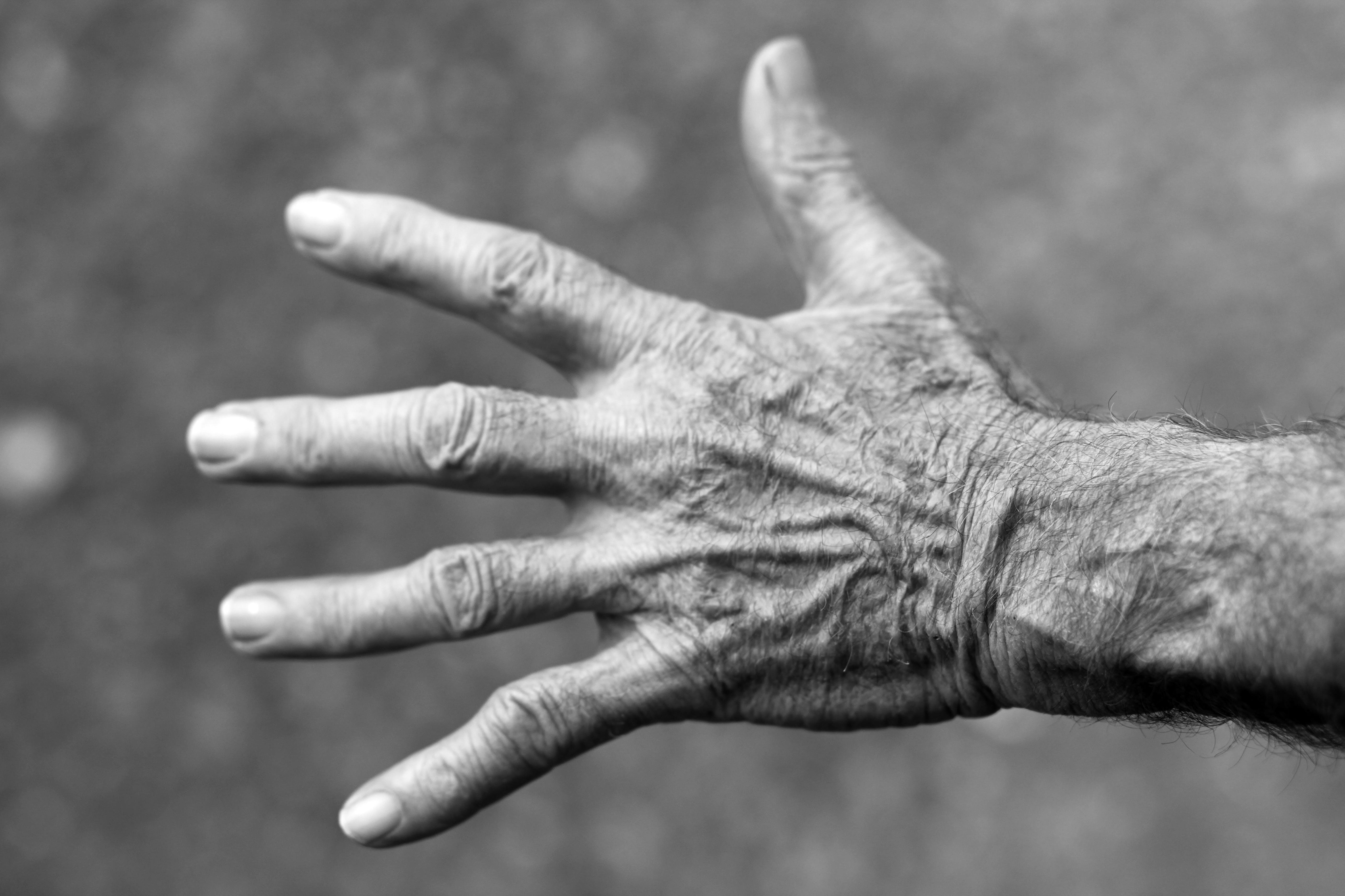 Kostenloses Stock Foto zu alt, finger, hand, schwarz und weiß