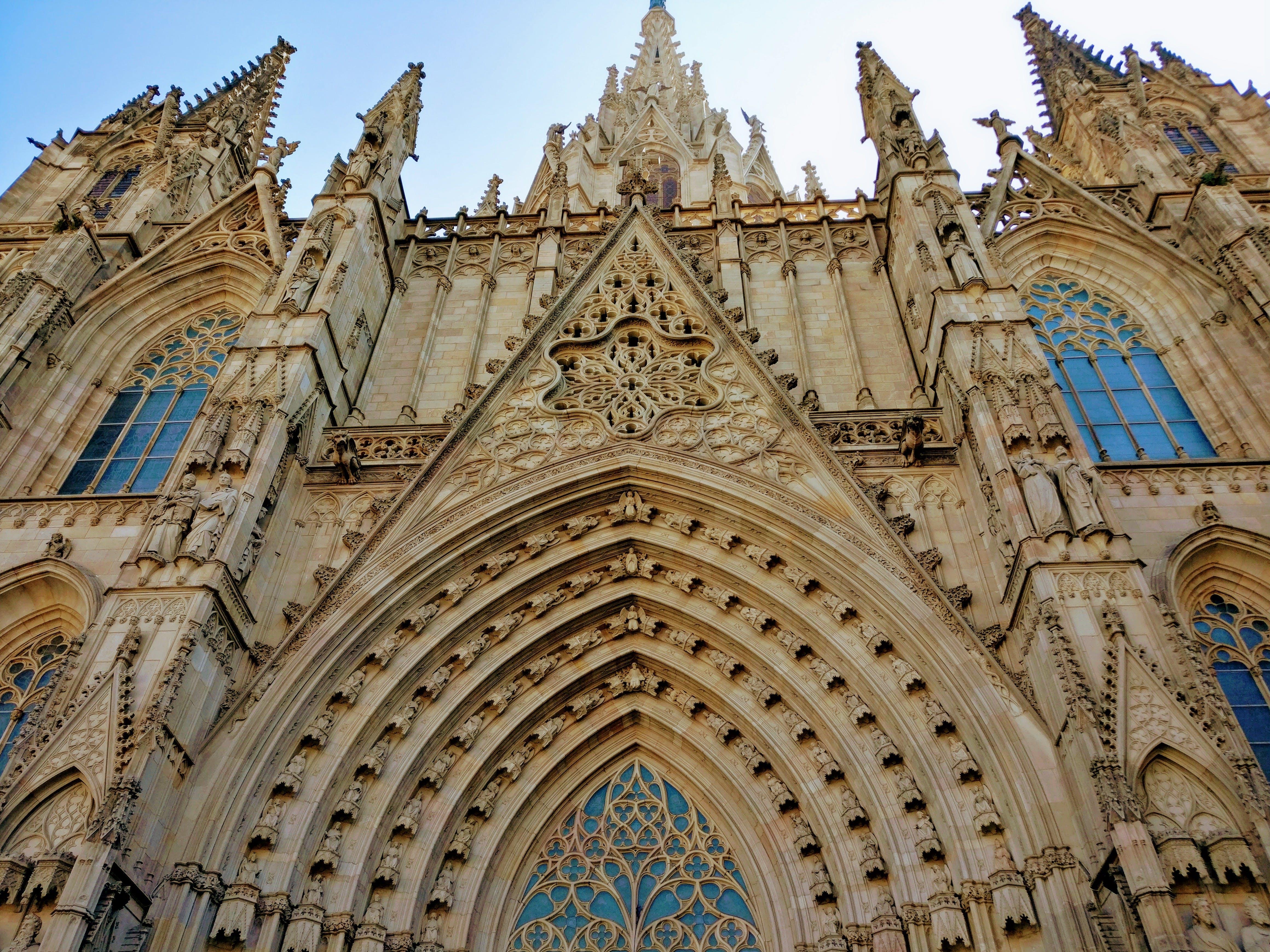 Ingyenes stockfotó alacsony szögű felvétel, barcelona, ég, építészet témában