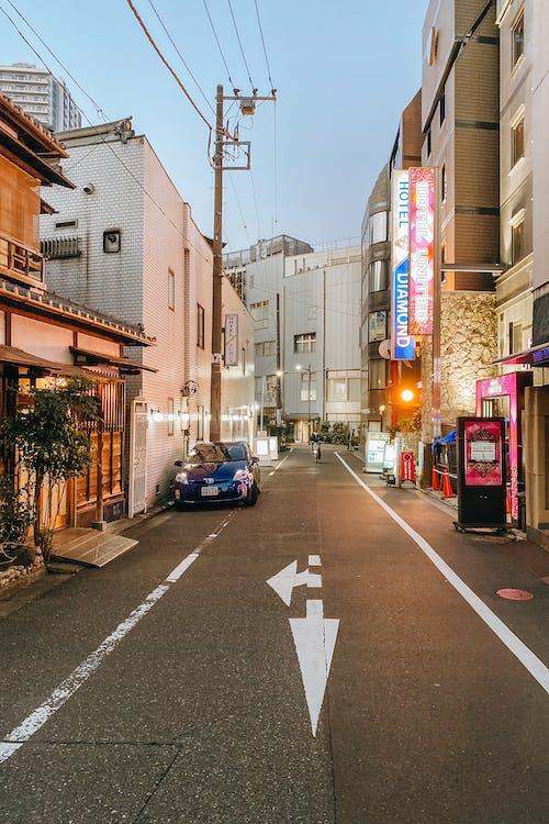 Kostnadsfri bild av bil, byggnader, gata