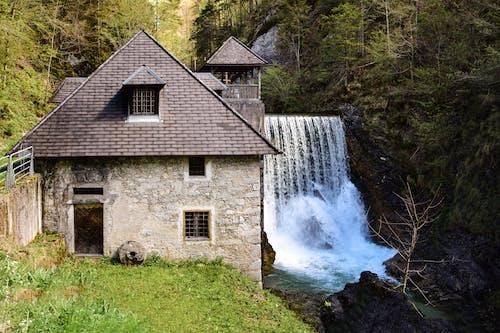 Casa Cinza E Barragem De água
