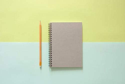 Gratis arkivbilde med bakgrunn, blyant, fugleperspektiv, notisbok