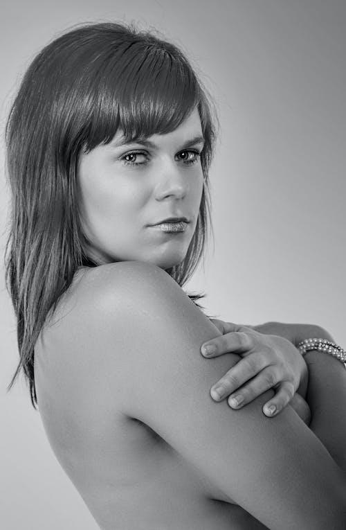 Бесплатное стоковое фото с вертикальный выстрел, женщина, кавказская женщина