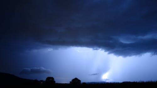 Ilmainen kuvapankkikuva tunnisteilla kenttä, myrsky, pilvet, puut