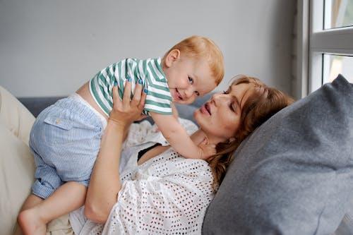 Madre Con Niño Feliz Descansando En El Sofá