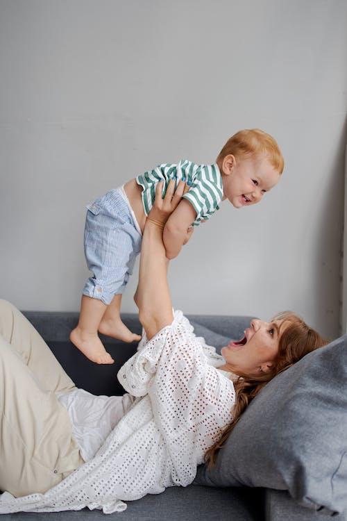 Mamma E Bambino Si Divertono A Giocare In Soggiorno