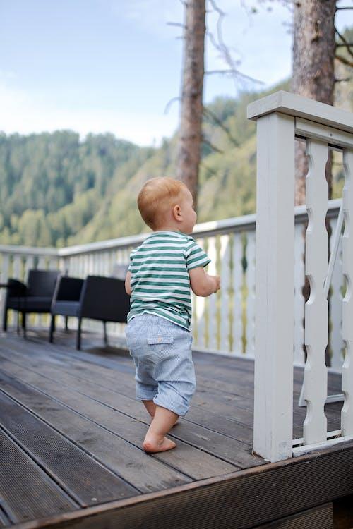 Criança Irreconhecível Andando No Terraço No Verão